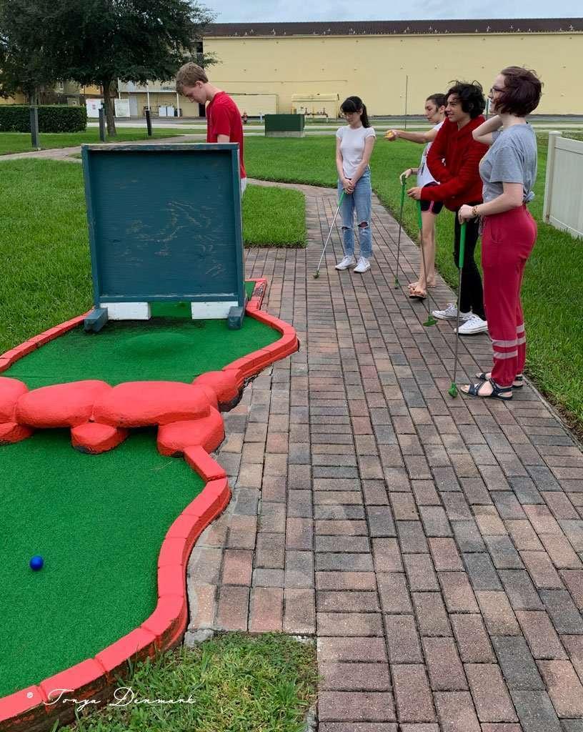 kids playing miniture golf at Fantasy World Resort in Kissimmee